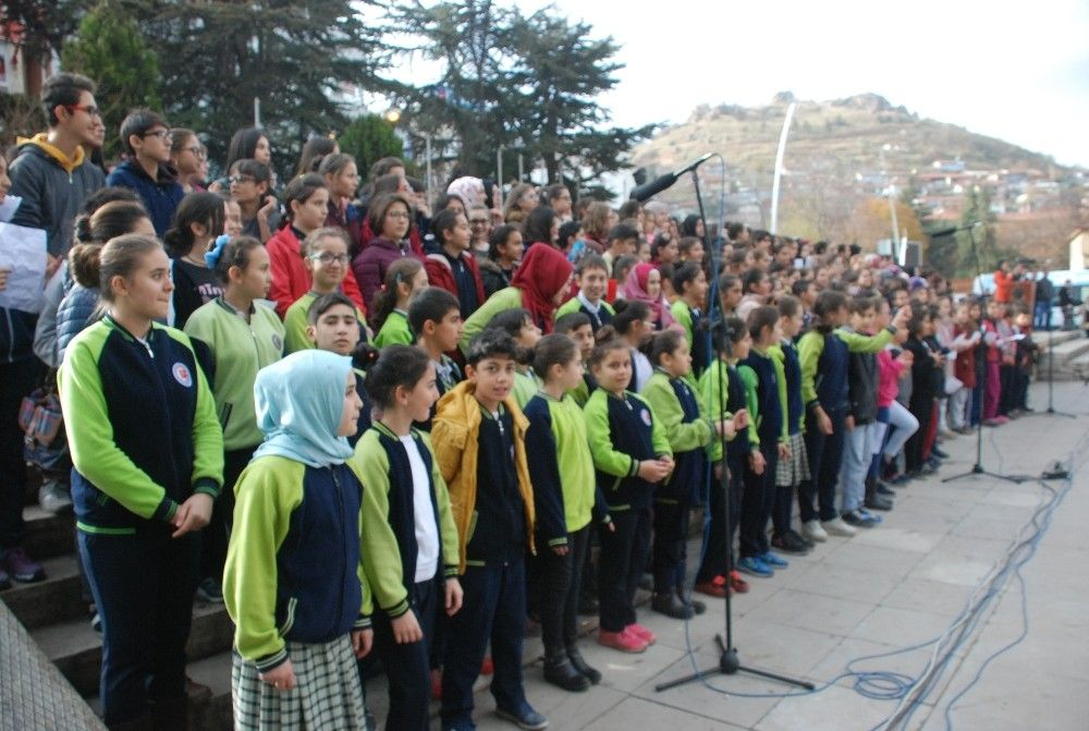 Tokat'ta öğretmenlere 300 öğrencili koro sürprizi