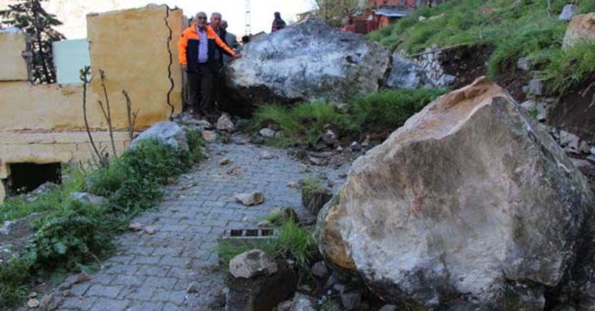 Dev kayalar evlerin üzerine düştü