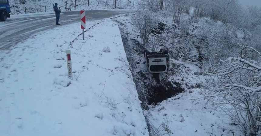 Buzlu yolda kayan araç devrildi