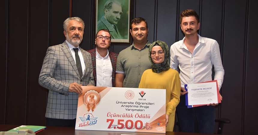 Ödüllerini Rektör Bilgiç'e takdim ettiler