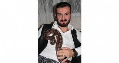 Korkusunu yenmek için yılan besliyor