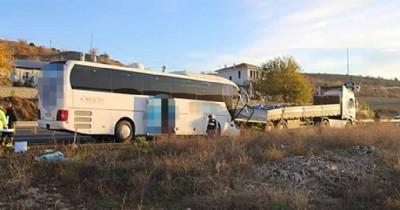Yolcu otobüsü TIR'a çarptı: 2 ölü, 40 yaralı