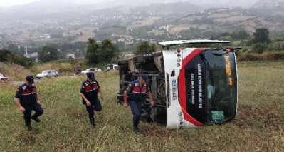 Halk otobüsü tarlaya uçtu