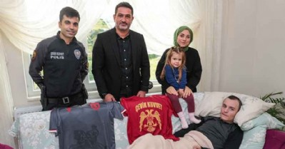 Gazi polise forma hediyesi